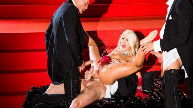 Gösteri Salonunda Tiyatro Sikişi Sırasında Talihsiz Orgazm